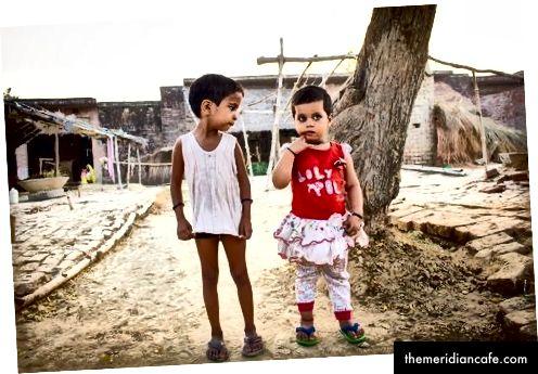 Šanvi, 5 metų (kairėje) ir Mishty, 28 mėnesių (dešinėje), Indija. Nuotraukų kreditas: Austinas Meyeris