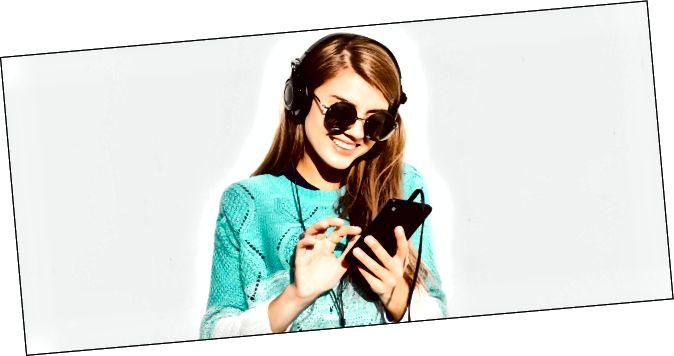 Dona que portava auriculars i tocava un iPhone