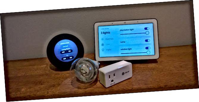 Echo Spot, Google Home, bombeta intel·ligent i endoll intel·ligent en una superfície de fusta.
