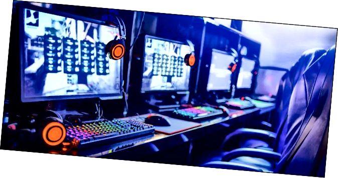 Υπολογιστές τυχερού παιχνιδιού σε διαδικτυακό καφέ