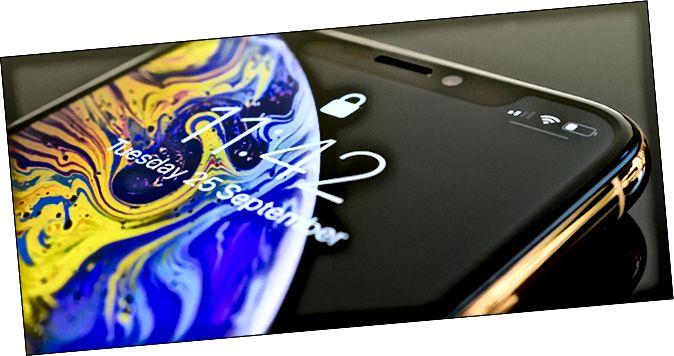 iPhone X ляжаў на стале