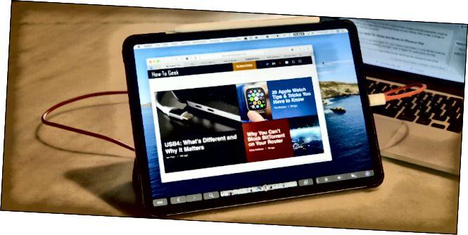 מכשיר iPad Pro המחובר ל- MacBook ומשתמש באפליקציית Duet.