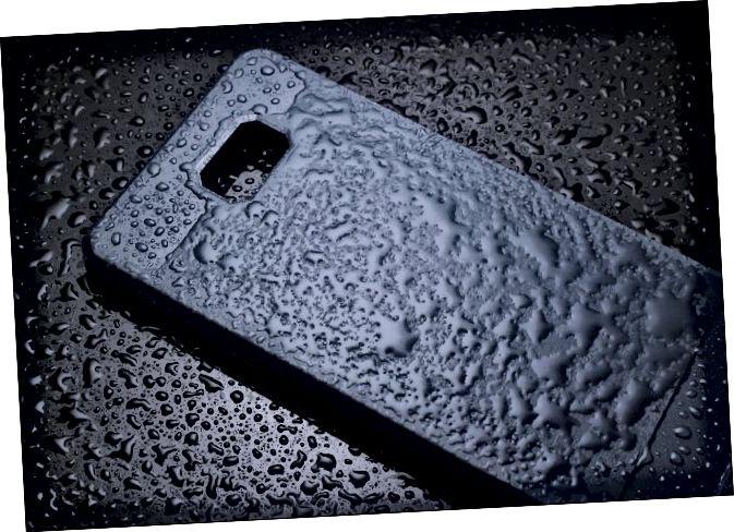 Корпус смартфона пакрыты вадой.