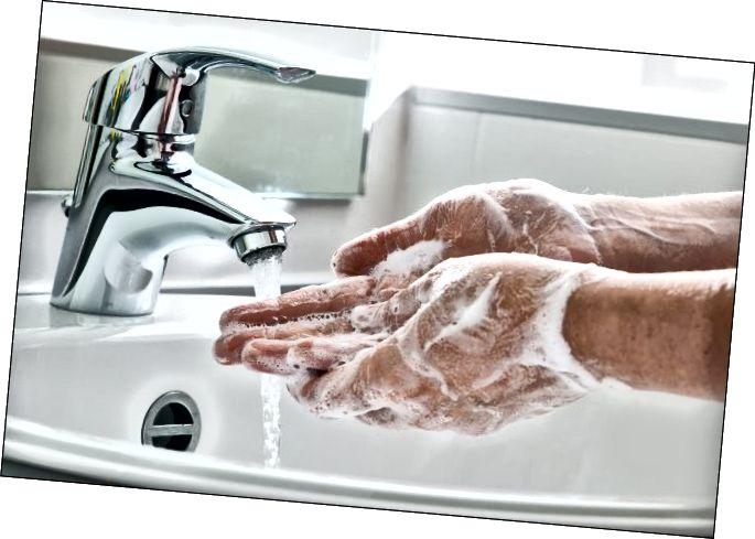 Мыццё рук з мылам пад кранам вады.