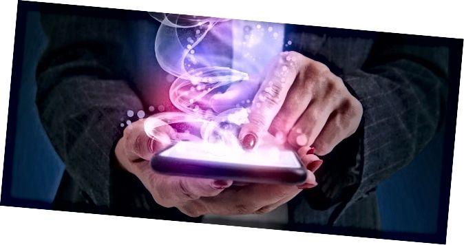 кранальны смартфон жанчыны і бліскучая магія зыходзіць з экрана