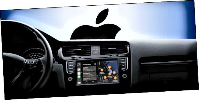 Un quadre de comandament d'Infotainment CarPlay en un cotxe amb el logotip d'Apple per la finestra.