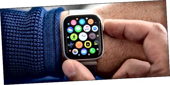 Гадзіннік Apple Watch Series 4 на запясце чалавека.