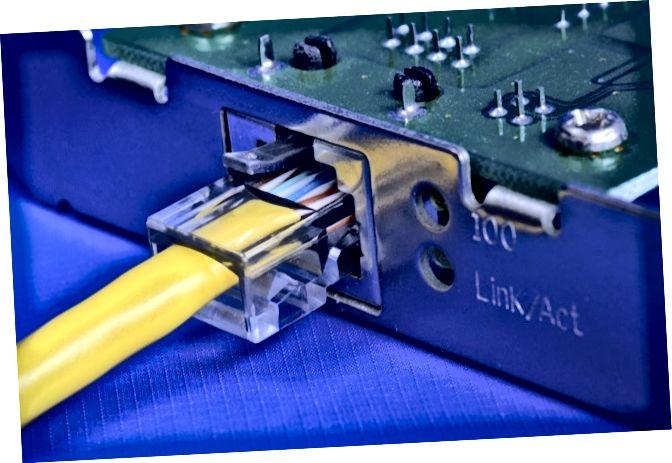Кабель Ethernet на канцэпцыі сеткавай карты сувязі і Інтэрнэту
