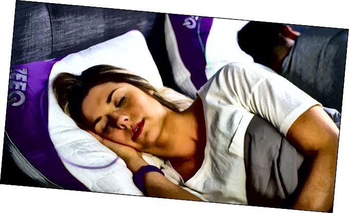 Dona que dorm en un coixí ZEEQ Smart