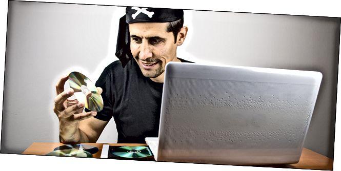 Пірат радасна раздзірае свае любімыя без абазначэння DVD-дыскі