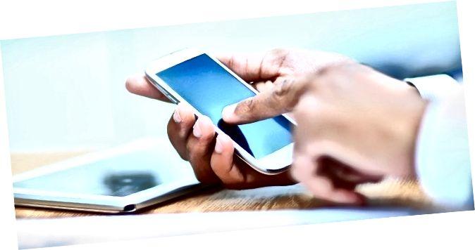 Крупным планом чалавек, які выкарыстоўвае мабільны смартфон