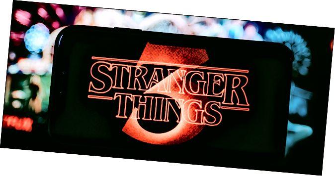 El logotip de Stranger Things sobre un fons vistós i vistós.