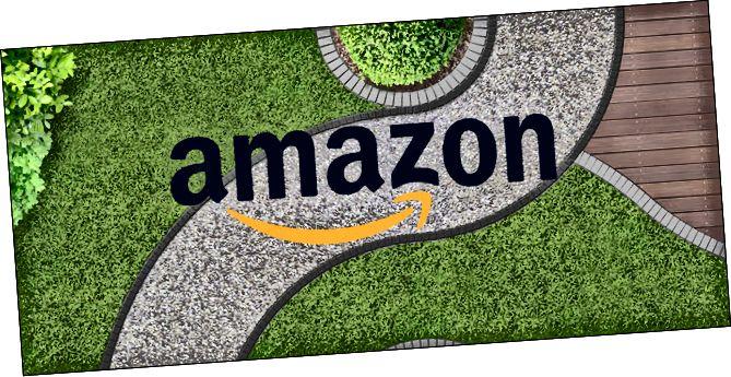 Выгляд стрэлу звілістага тратуара з лагатыпам Amazon на вяршыні.