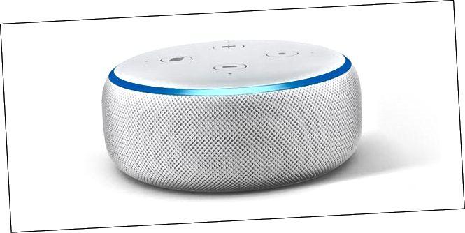 Το Amazon Echo dot 3 με το γαλάζιο δαχτυλίδι LED ανάβει.