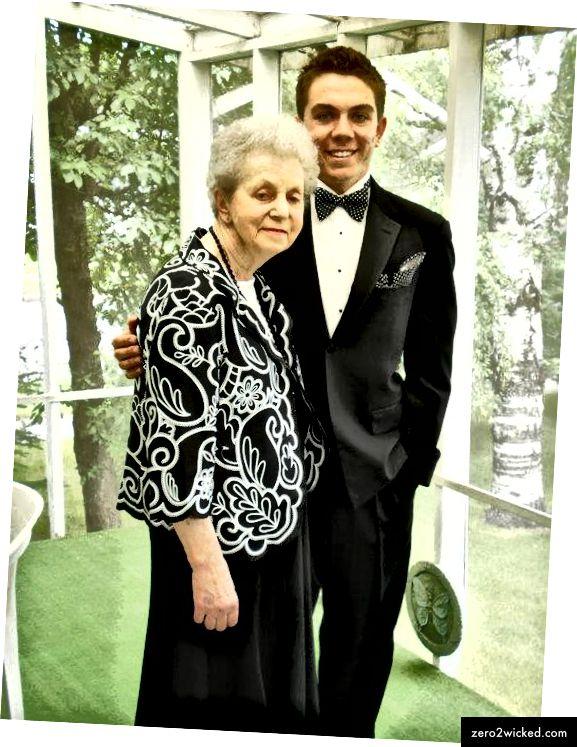 جدتي وأنا في يوم التخرج من الصف 12. توفيت بعد ذلك بعام.