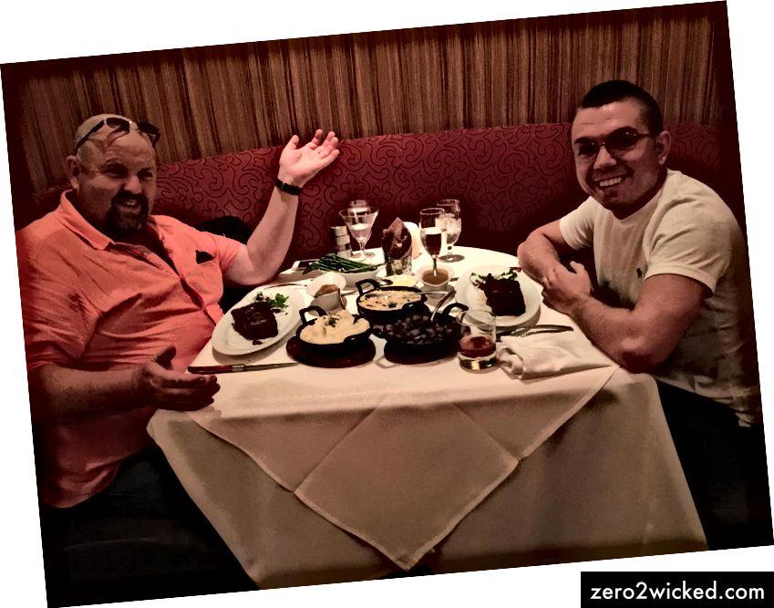 ريتشارد وليامز وأنا أتناول العشاء في سيمينول هارد روك في فلوريدا لمناقشة مسرحيات تي تي