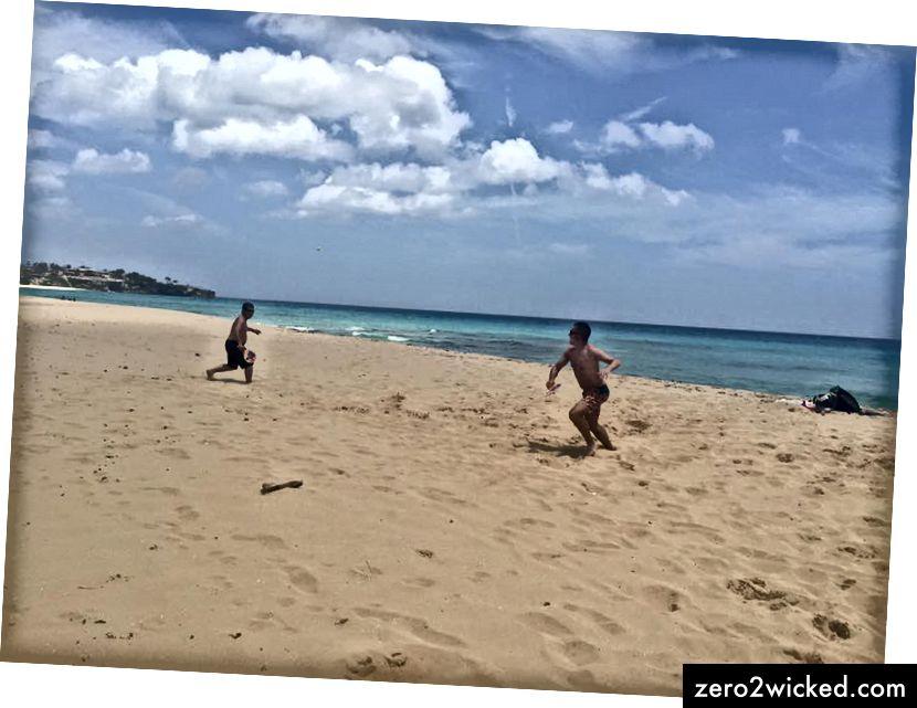 كرة مجداف في بلايا غراندي ، على طول الساحل الشمالي لجمهورية الدومينيكان (30 دقيقة شرق كاباريتي)
