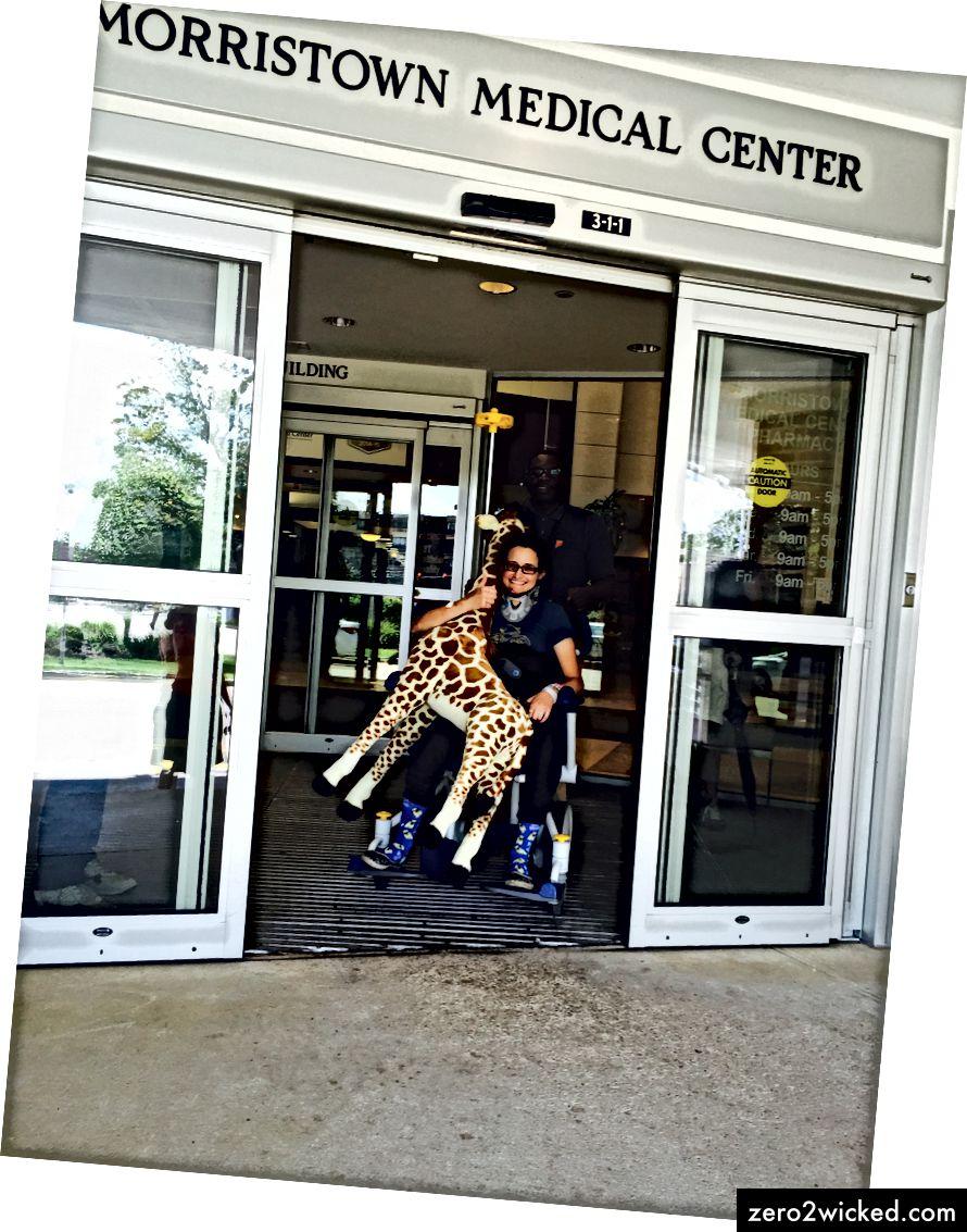 Levo: Sedeti se je zdelo veliko. Prav: Jared je žirafo, ko je zapustil bolnišnico, vlekel. Fotografije: Tara Parsons