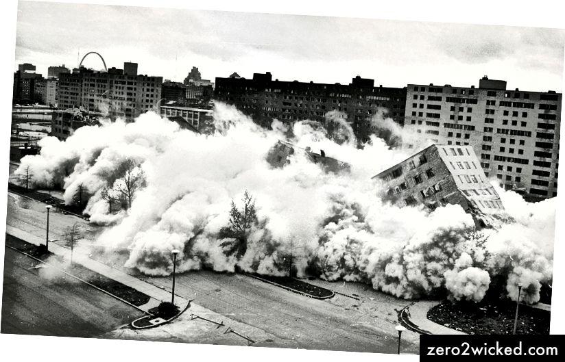 Denna ikoniska bild av Pruitt-Igoe-rivningen med St Louis-bågen i bakgrunden blev en symbol för misslyckandet i modern arkitektur och stadsförnyelse. (Bildkälla: U.S.A. Department of Housing and Urban Development)