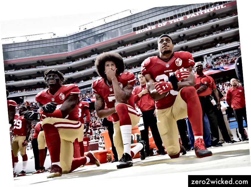 San Francisco 49ers utanför linebacker Eli Harold, vänster, quarterback Colin Kaepernick, center och säkerhet Eric Reid knäböjde under nationalsången före en NFL-fotbollsmatch mot Dallas Cowboys i Santa Clara, Kalifornien, söndag 2 oktober 2016. ( AP Photo / Marcio Jose Sanchez)