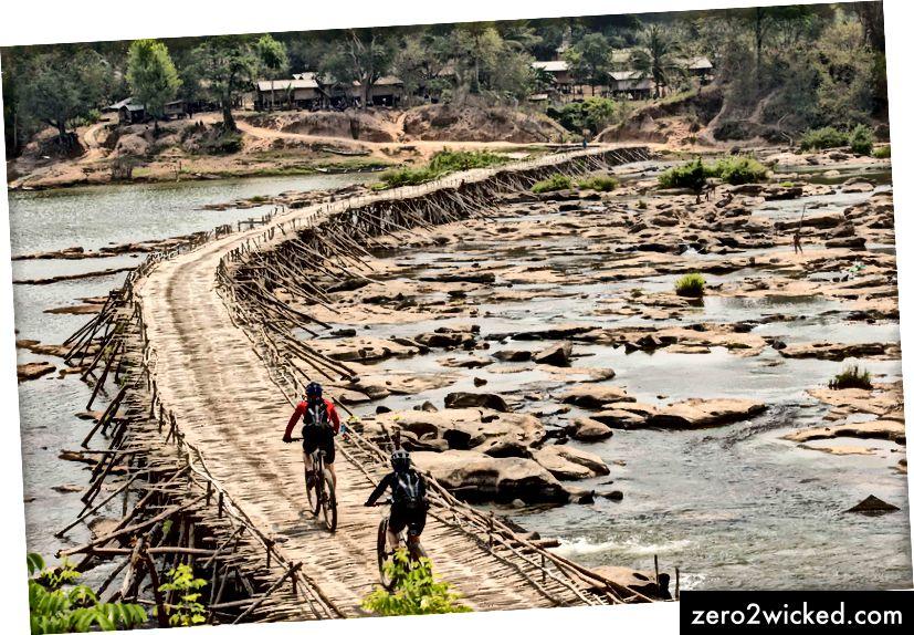 Русцх и Нгуиен прилазе селу у Лаосу. | © Ред Булл Садржај базена