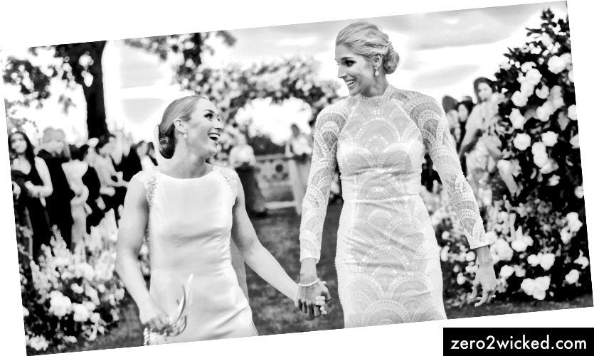 Washington Mystics framåt Elena Delle Donne, 28, (till höger) gifte sig med Amanda Clifton, 28. (Rebecca Yale Photography)