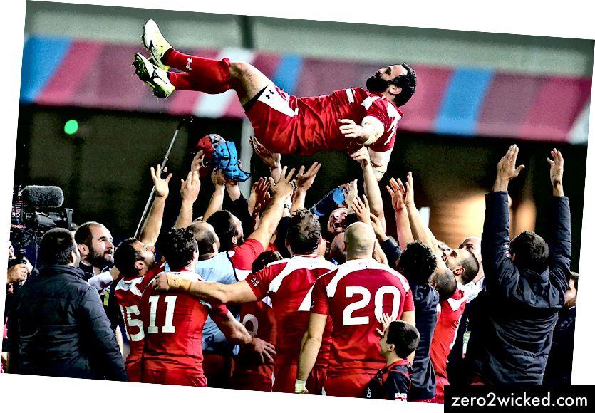 Davit Zirakashvili från Georgien kastas i luften av sina lagkamrater efter IRB Rugby World Cup 2015. | © Kieran McManus / BPI / REX