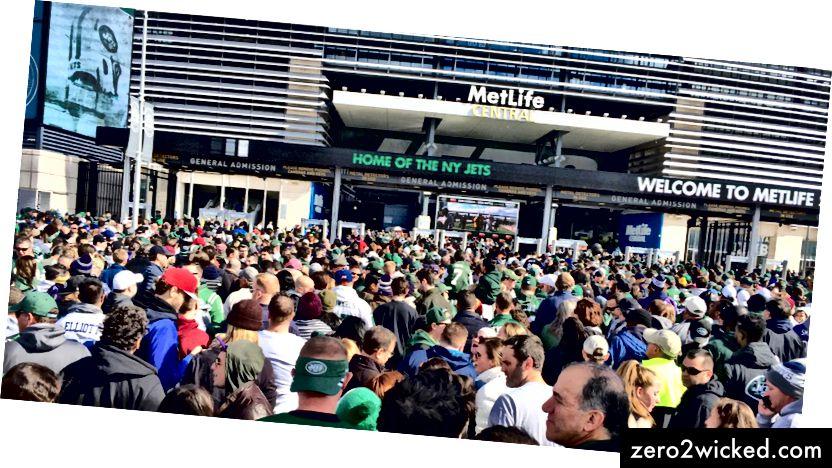 New York Jets Fans warten in der Schlange, um das MetLife Stadium | zu betreten © BravoKiloVideo / Shutterstock
