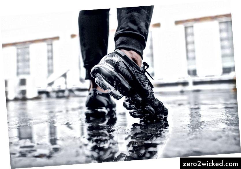 Dies sind Nike-Schuhe auf einem Foto von Fachry Zella Devandra auf Unsplash