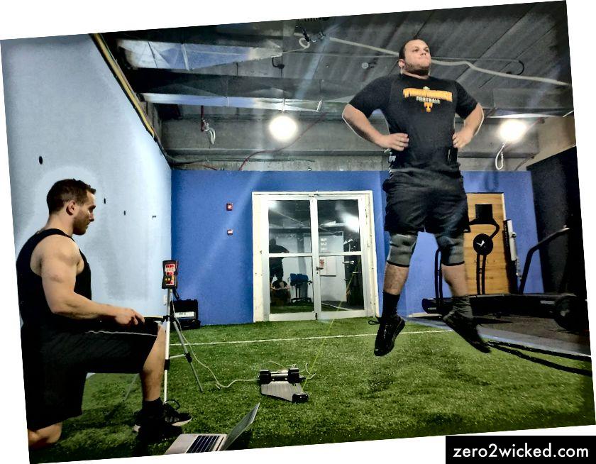 Ariel führt einen vertikalen Sprungtest durch, um die Ausgangsleistung eines israelischen Fußballspielers zu messen.