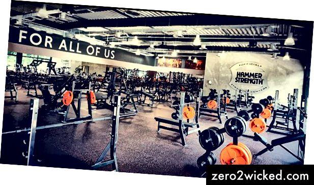 قسم الوزن المجاني في صالة الألعاب الرياضية FitX (المصدر: FitX Instagram)
