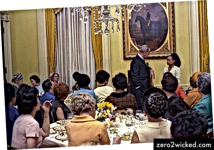 LBJ ja Eartha Kitt lounaalla toimivien naisten kanssa.