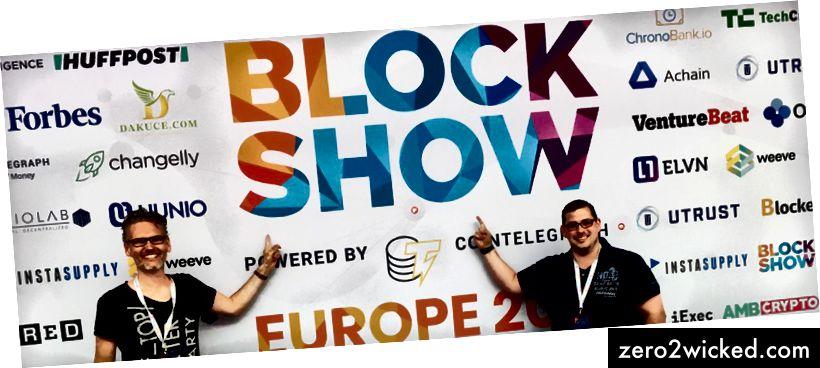 Jens (vasemmalla) ja Daniel (oikealla) poseeraavat BlockShow-näyttelytaulun edessä