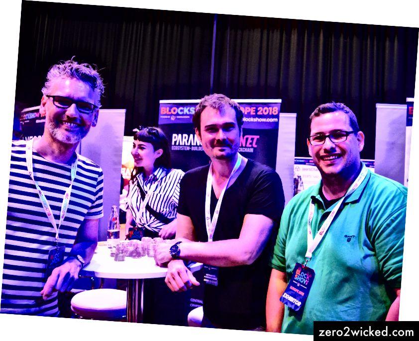 Dennis (keskellä) poseeraa Jensin (vasemmalla) ja Danielin (oikealla) kanssa BlockShow 2018 -tapahtumassa