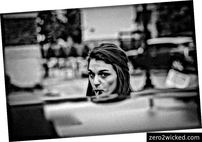 """""""Sort og hvidt skud af attraktiv ung kvinde, der sutter slikkepind på gaden"""" af Noah Baslé på Unsplash"""