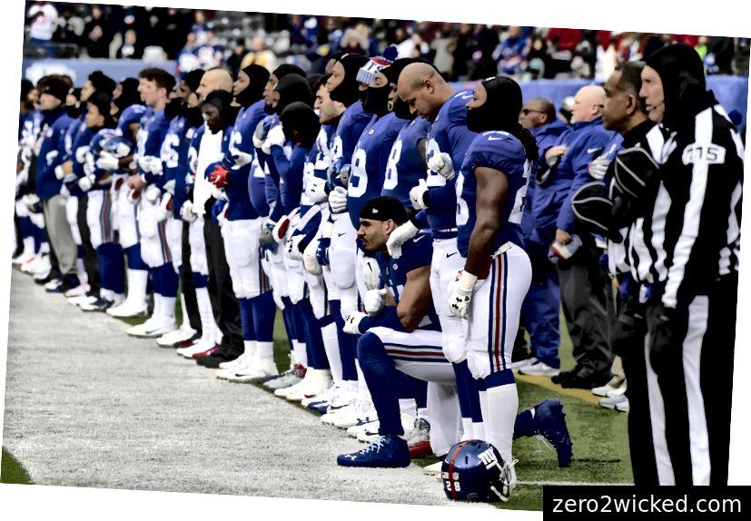 New Yorkin jättiläisten puolustava päämies Olivier Vernon polvistuu, kun jättiläiset edustavat kansallislaulua ennen NFL-jalkapallo-ottelua Washington Redskinsin sunnuntaina, 31. joulukuuta 2017, East Rutherfordissa, N.J. (AP Photo / Bill Kostroun)