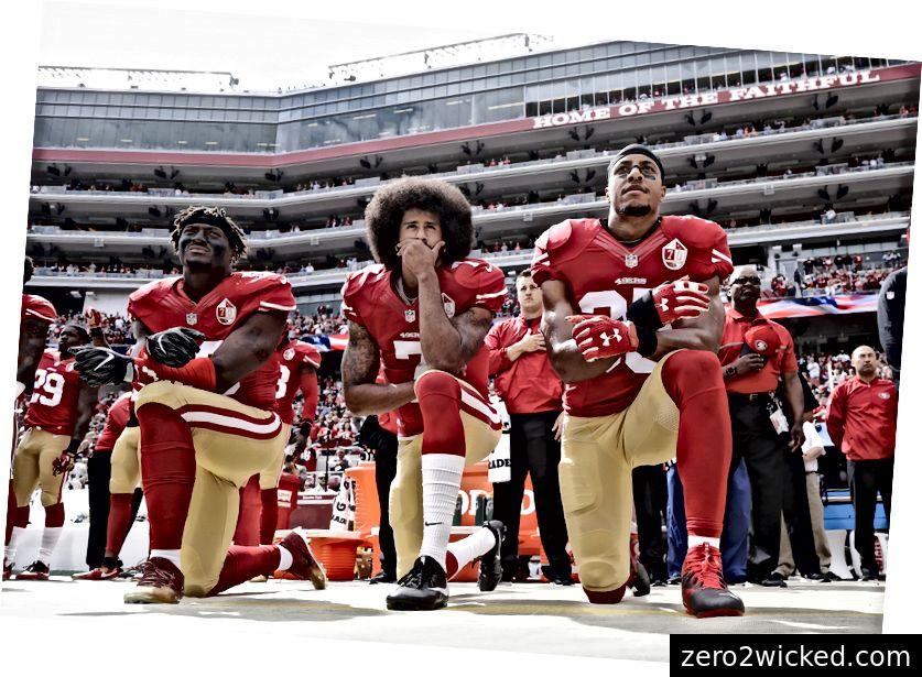 San Francisco 49ers ulkopuolella linebacker Eli Harold, vasen, puolustaja Colin Kaepernick, keskusta ja turvallisuus Eric Reid polvistuvat kansallislaulunsa aikana ennen NFL-jalkapallo-peliä Dallas Cowboysia vastaan Santa Clarassa, Kalifornia, sunnuntaina, 2. lokakuuta 2016. ( AP-valokuva / Marcio Jose Sanchez)