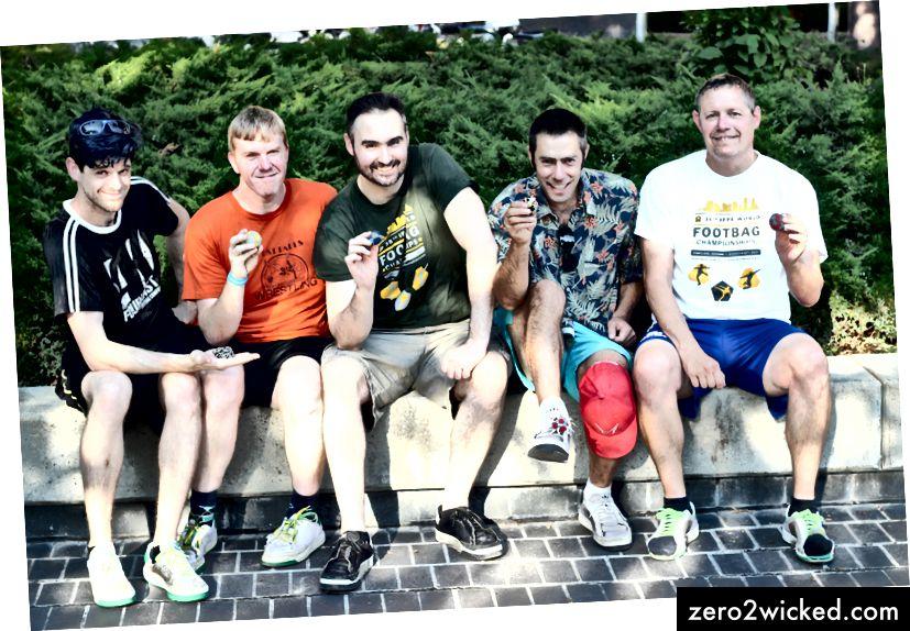 The Footbag Crew Left to Right: نيك لاندز ، بوب جرين ، إيثان هوستاد ، سكلير لاون سميث ، داريل جينز تصوير: سيدني ليون
